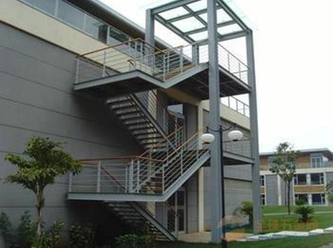 室外钢结构消防梯是消防队员扑救火灾时,登高灭火、救人或翻越障碍的工具,楼梯作为建筑空间竖向联系的主要部件,其位置应明显,起到提示引导人流的作用,并要充分考虑其造型美观,人流通行顺畅,行走舒适,结合坚固,防火安全,同时还应满足施工和经济条件的要求.  在进行室外钢结构消防楼梯设计时,不同的楼梯设计使用的宽度要求也是不同的。梯段最小净宽是根据使用要求、模数标准、防火规范的规定等综合因素加以确定的。要说明的一点是将六层及六层以下住宅梯段最小净宽定为1m 。 室外钢结构消防楼梯设计中宽度标准原因是: 1、过去,为