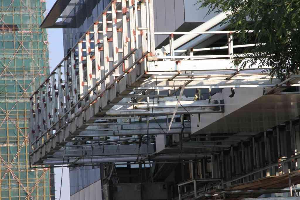 钢结构雨棚是建在两座建筑物之间,起到接通两座建筑物做为过道雨棚,或设在建筑物出入口门头雨棚或顶部阳台上方用来或,或者防止高空有坠落物砸落下来,起到保护作用的一种建筑。  钢结构玻璃雨棚:钢结构玻璃雨棚顶部为钢化玻璃,或夹胶安全玻璃,两种都是安全玻璃。  钢结构铝板雨棚:钢结铝板雨棚主龙骨架以钢结构为主,顶部采用铝板,铝板雨棚的优点:铝合金永远不生锈,不变形,也不用担心高空有坠落物掉下砸坏铝板雨棚,钢结构铝板雨棚是性价比最高的,寿命最长的雨棚,适合飞机场,银行,大型超市,政府工程,学校,酒店,别墅都